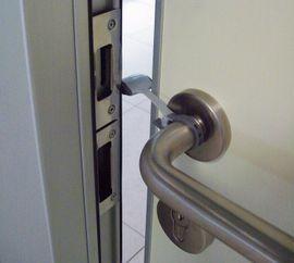 BREVI - 329 Plastová zábrana zavření posuvných dveří a dvířek
